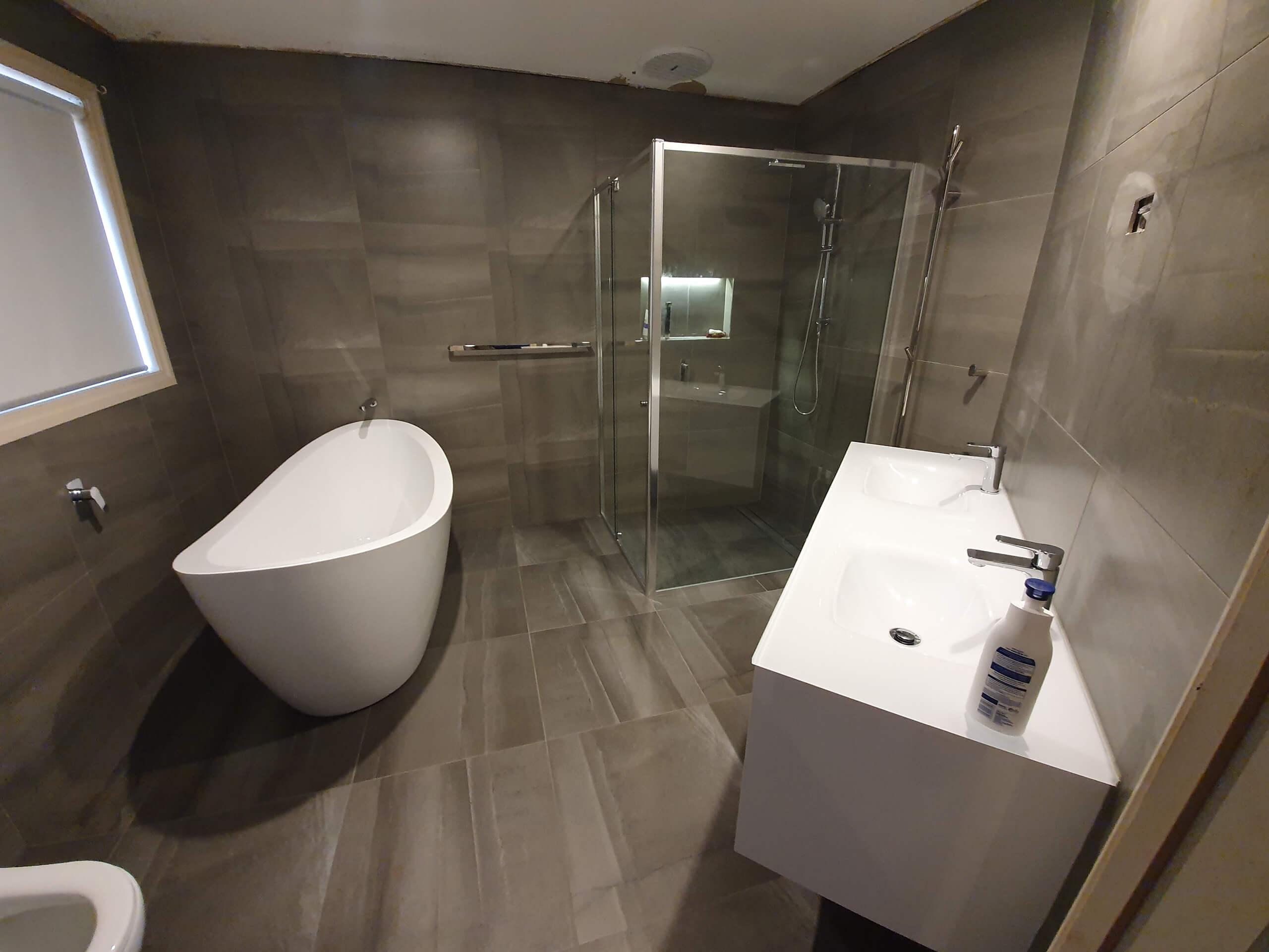 Bathroom tiled 600 x 600 Porcelian tile Lapparto grey look